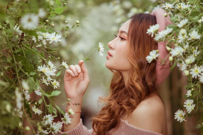 Gương mặt thuần khiết, xinh xắn như hoa hậu giúp Lê Minh Hằng làm cánh mày râu xao xuyến.