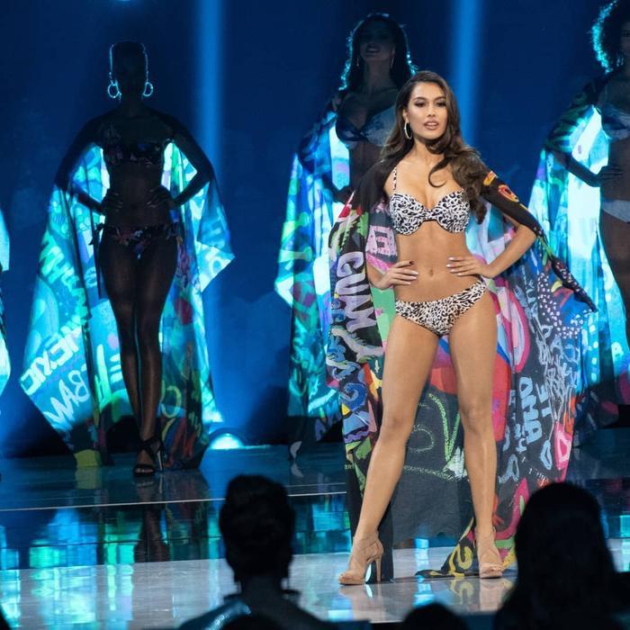 Hoa hậu Indonesia trong phần thi áo tắm trên sân khấu Miss Universe. Hầu hết các cuộc thi sắc đẹp ở Indonesia đều không có phần thi áo tắm vì vấn đề tôn giáo.