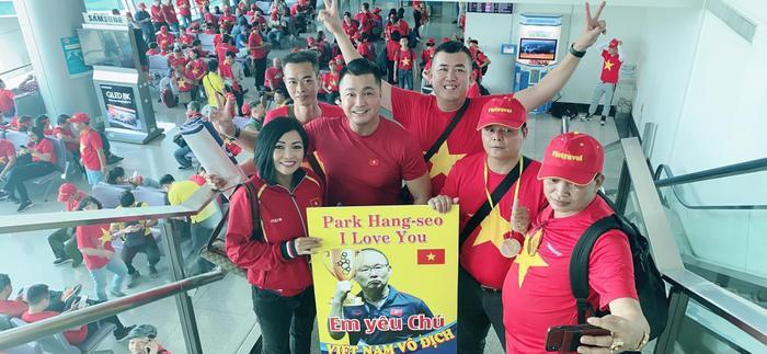 Thầy trò Noo Phước Thịnh  Ngọc Ánh ủng hộ U22 Việt Nam, Diệu Nhi  Kaity Nguyễn hòa cùng sắc đỏ chung kết SEA Games 30 ảnh 11