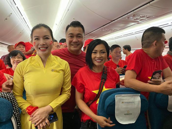 Thầy trò Noo Phước Thịnh  Ngọc Ánh ủng hộ U22 Việt Nam, Diệu Nhi  Kaity Nguyễn hòa cùng sắc đỏ chung kết SEA Games 30 ảnh 10