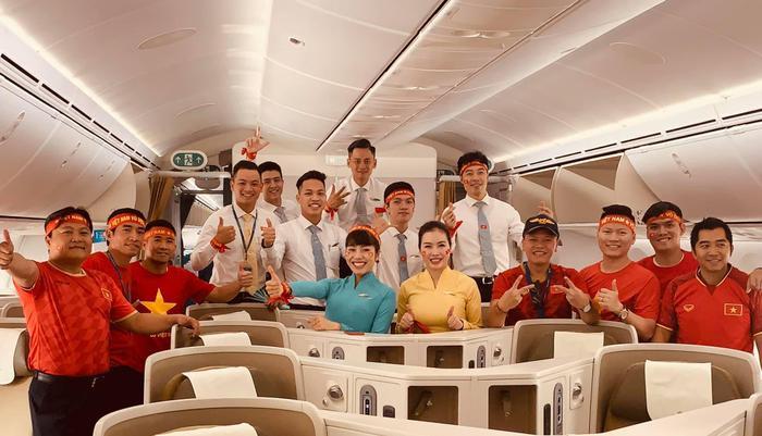 Vietnam Airlines còn tổ chức tiệc chúc mừng đoàn thể thao Việt Nam ngay trên chuyến bay