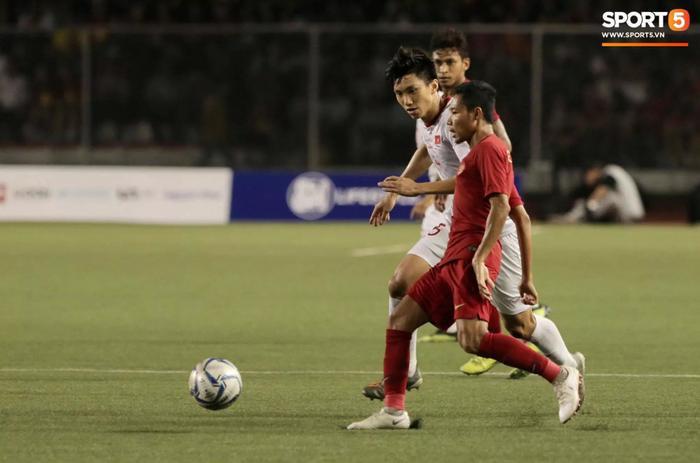 Tình huống dẫn tới chấn thương của Evan Dimas với Đoàn Văn Hậu tại chung kết SEA Games 30. (Ảnh: Sport5)