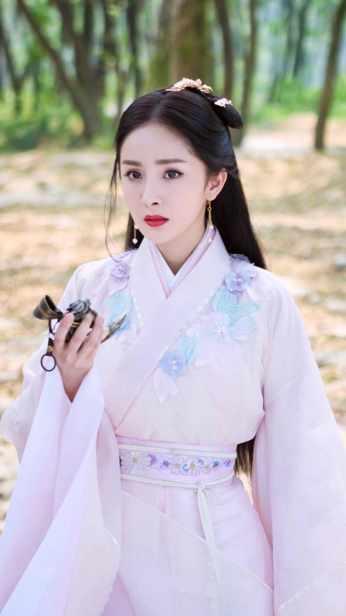 Dù xinh đẹp nhưng Dương Mịch được đánh giá là không hợp vai Đát Kỷ, nhất là diễn xuất gây tranh cãi của cô.