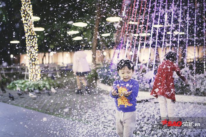Màn tuyết trắng huyền ảo phủ khắp sân trường ĐH Thăng Long, gợi nhắc không khí Giáng sinh đang đến rất gần
