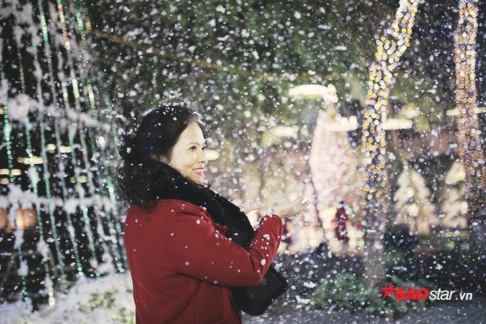 """Nhiều bạn sinh viên trong và ngoài ĐH Thăng Long đã tìm đến khu vườn lãng mạn này để thực hiện những bộ ảnh """"sống ảo""""."""