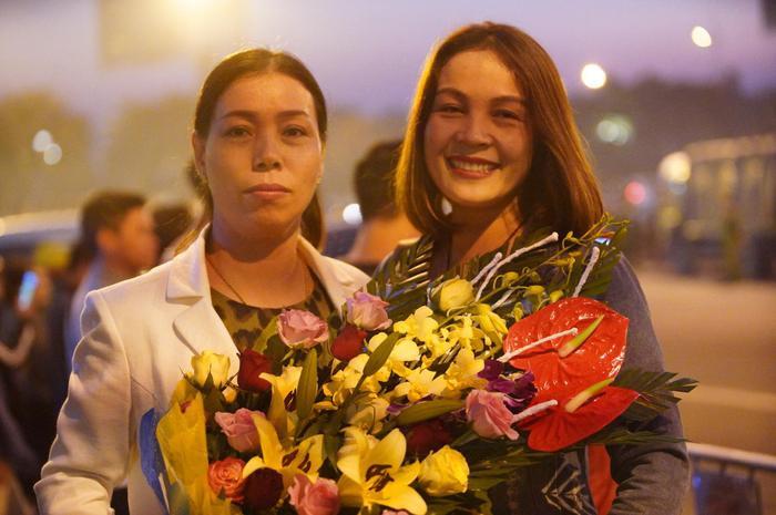 Bà Hà Thị Mai (mẹ Tiến Linh bìa trái).