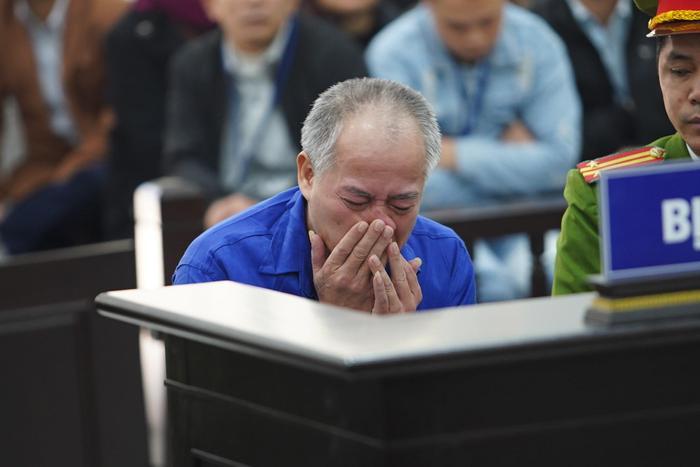 Bị cáo Đông liên tục gạt nước mắt
