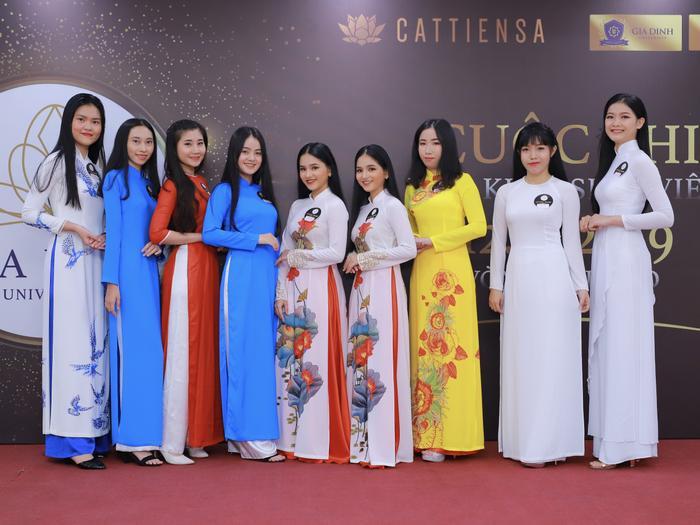 Chị em Khánh Linh và Yến Linh chụp ảnh cùng các thí sinh tham dự vòng sơ khảo sáng 12/12 tại ĐH Gia Định.