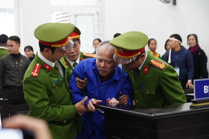 Sau khi nghe tuyên án tử hình, Nguyễn Văn Đông ngã gục tại toà.
