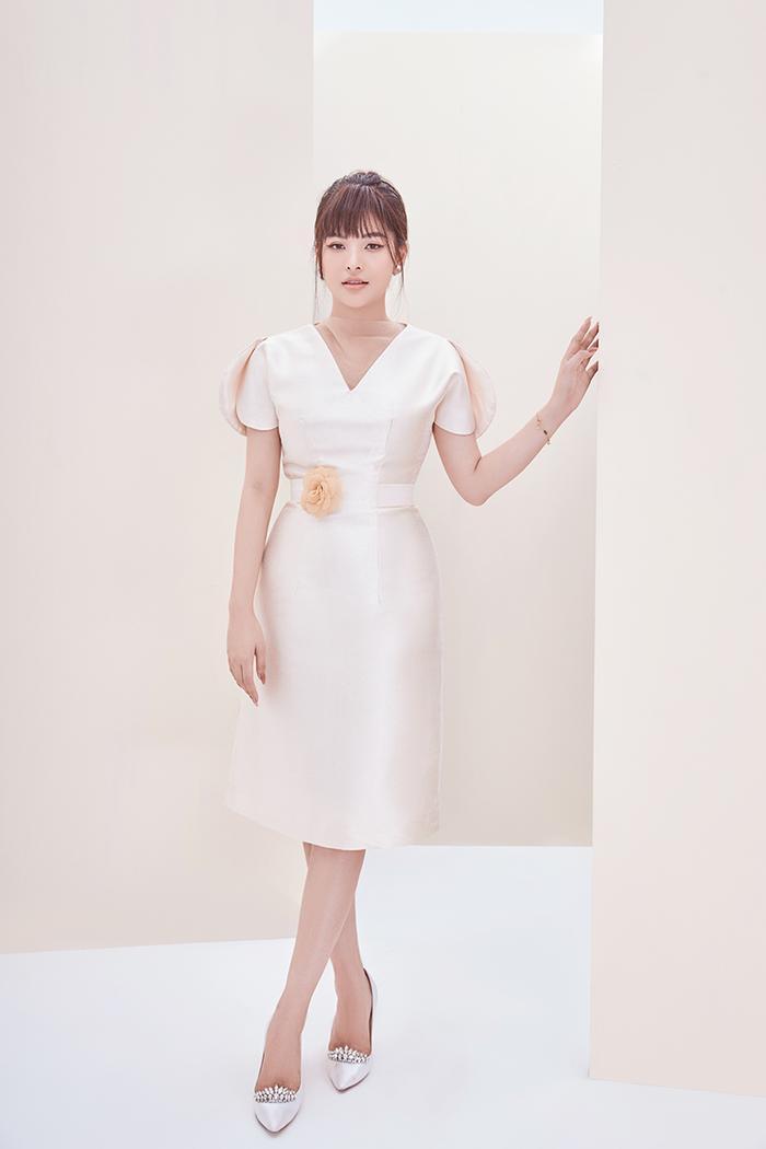 Đầm trắng ngà với thiết kế nhã nhặn lịch sự
