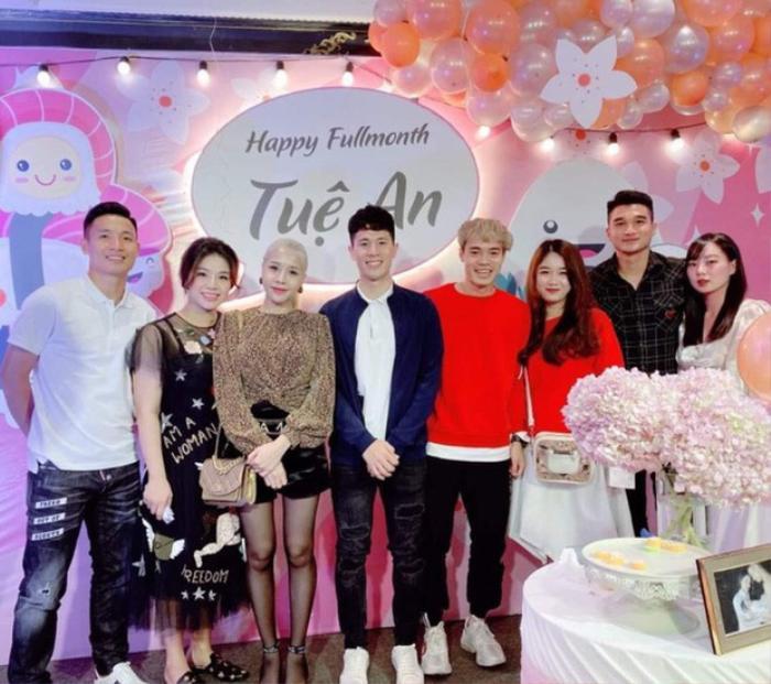 Trang Nhung có gương mặt xinh xắn, đáng yêu. Cô không quá cao nhưng thân hình cân đối, rất hợp khi đi cạnh Văn Toàn.