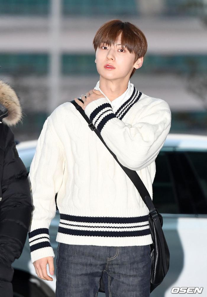 Dàn mỹ nam BTS, EXO, NUEST cùng Winner đổ bộ sân bay ảnh 44