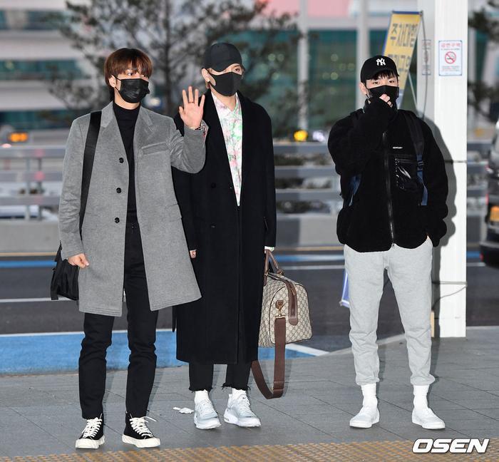 Dàn mỹ nam BTS, EXO, NUEST cùng Winner đổ bộ sân bay ảnh 46
