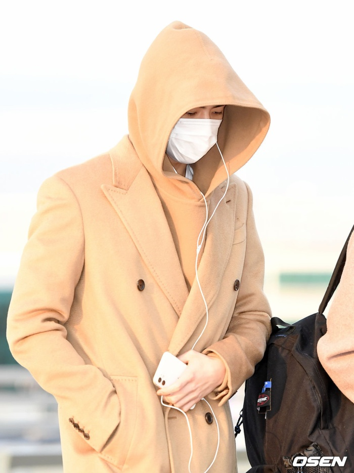Dàn mỹ nam BTS, EXO, NUEST cùng Winner đổ bộ sân bay ảnh 40