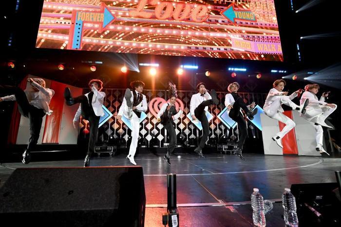 BTS và Halsey trao đổi quà giáng sinh cực đáng yêu tại hậu trường 'iHeartRadio Jingle Ball'