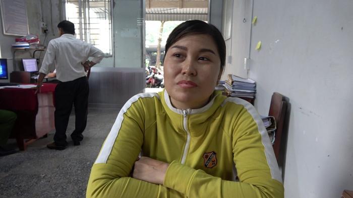 Người phụ nữ trình báo việc bị cướp gần 300 triệu đồng để tránh bị đòi nợ. Ảnh: Dân Việt