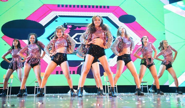 Là đội thi duy nhất không có thành viên nam, các cô gái của The Heat – Đại học Thăng Long thể hiện sự quyến rũ đầy cuốn hút trong màn trình diễn.
