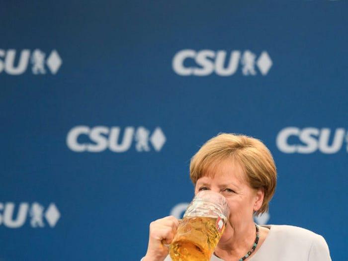 Dù thời gian eo hẹp nhưng Thủ tướng Đức vẫn luyện được tay nghề nấu nướng không thua đầu bếp. Một số món sở trường của bà Merkel là súp khoai tây, thịt bò và bánh mận.