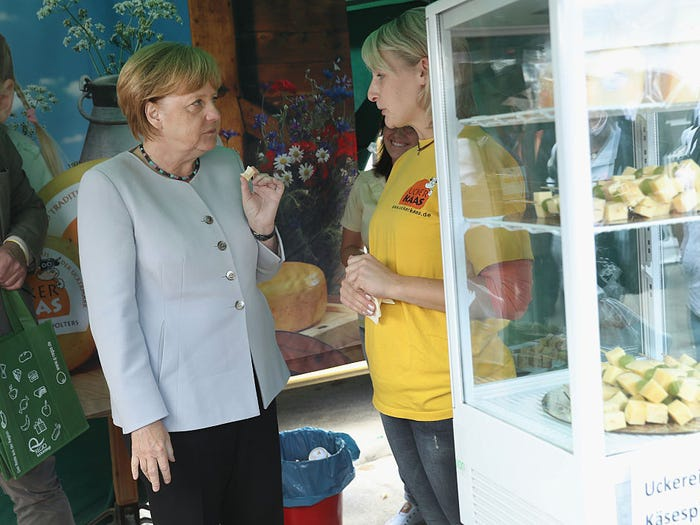 Bà Merkel vẫn giữ thói quen tích trữ thức ăn như thời còn thiếu thốn ở Đông Đức. Khi thấy thực phẩm, dù không thực sự cần thiết, bà vẫn muốn mua. Đó là thói quen từ thời kinh tế Đức suy sụp, khi người ta chỉ còn cách thu gom bất chấp, phòng khi hết thực phẩm lấp đầy bụng.