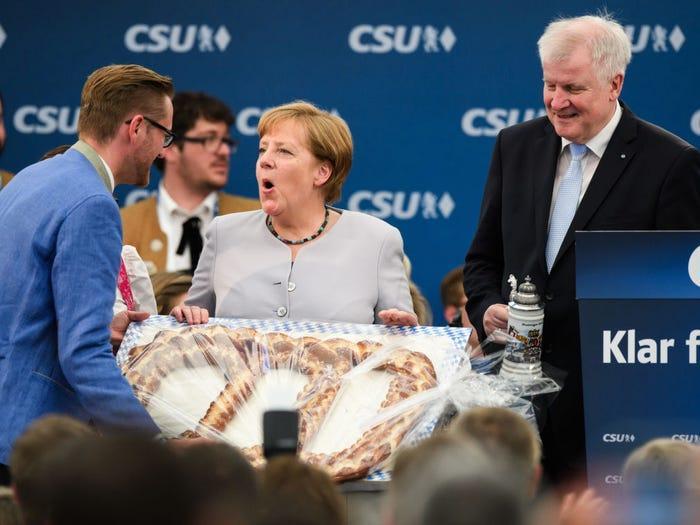 """Bà Merkel cực kỳ thích bắp cải xanh và Mettwurst - một loại xúc xích làm từ thịt lợn băm. Bà còn được vinh danh """"Nữ hoàng bắp cải"""" ở Oldenburg vào năm 2001."""