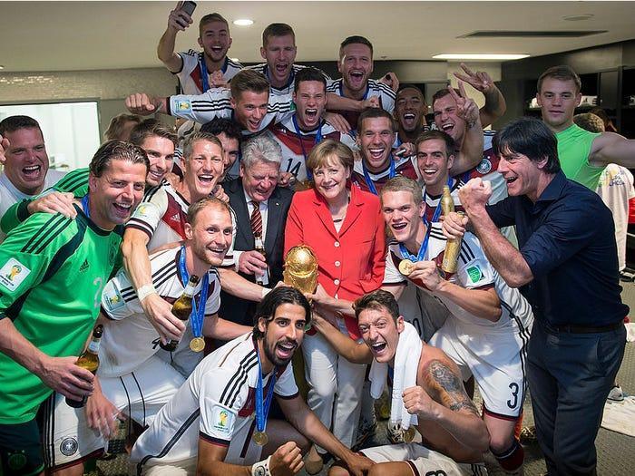 Thủ tướng là fan hâm mộ cuồng nhiệt của đội tuyển quốc gia Đức. Bà là người đồng hành cùng chiến thắng của họ tại World Cup 2014.