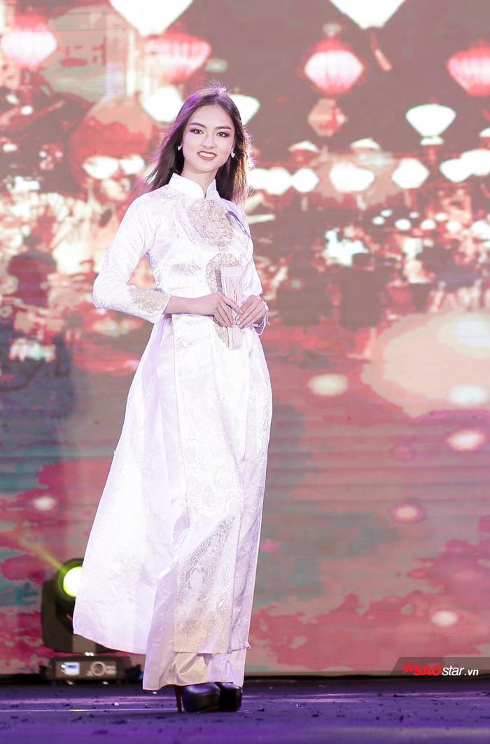 Hoa khôi Nguyễn Hà My sải bước duyên dáng trong tà áo dài