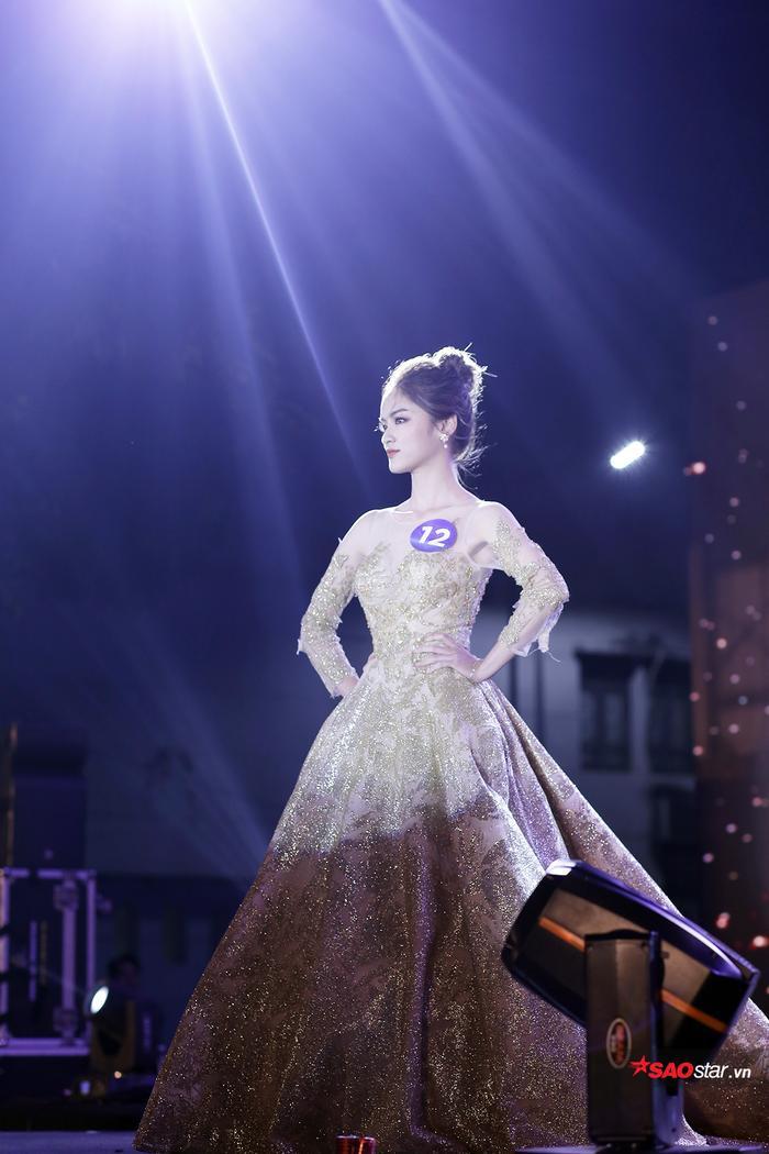 Lộng lẫy như một nàng công chúa đích thực trên sân khấu