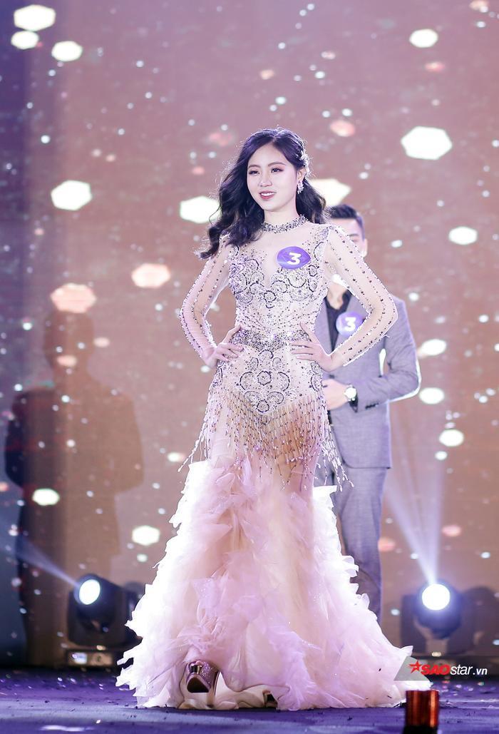 """Bùi Nguyễn Nhật Vy là cô gái """"bội thu"""" nhất đêm chung kết. Cô được xướng tên cho danh hiệu Hoa khôi Thương trường, Hoa khôi được yêu thích nhất, Á khôi 2 chung cuộc."""