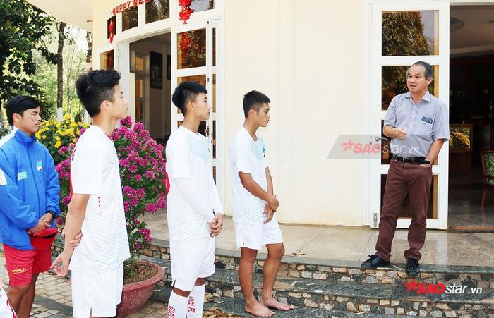 Bầu Đức dày công nuôi dạy các cầu thủ trẻ cho bóng đá Việt Nam.