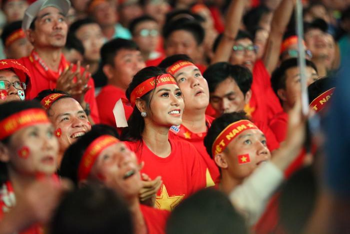 """Hồi hộp theo dõi trận đấu và vỡ òa trong niềm hạnh phúc khi """"giấc mơ vàng"""" đã được U22 Việt nam chạm tới"""
