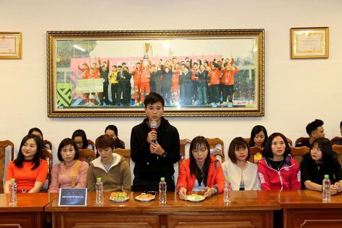 Tuyển nữ Việt Nam được thưởng 22 tỷ đồng cùng nhiều hiện vật. Ảnh: VFF