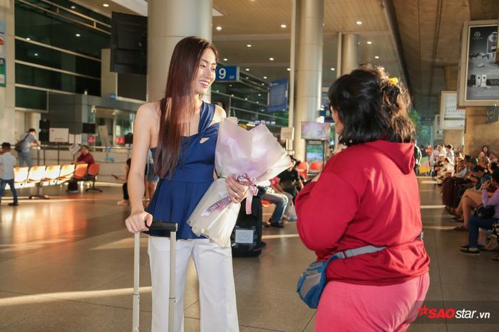 Một khán giả hâm mộ Ấn Độ nhận ra Thùy Linh và xin được chụp hình cùng người đẹp.