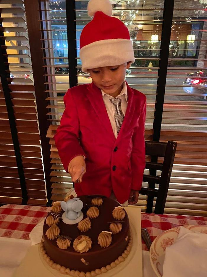 Jacky Minh Trí năm nay tròn 8 tuổi. Cậu bé được mẹ Thanh Thảo nhận xét là sống tình cảm, ngoan và biết nghe lời người lớn.