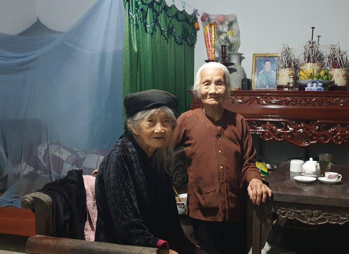 Hằng ngày cụ Thuận vẫn ghé tới nhà bà Nghi hàng xóm chơi.