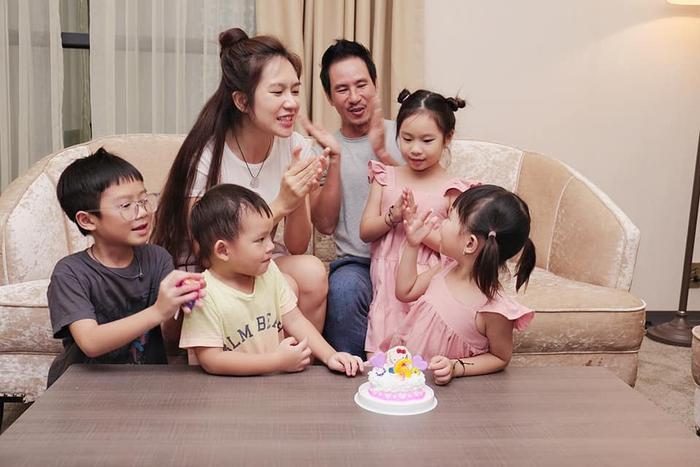 Khoảnh khắc bốn nhóc tỳ nhà Lý Hải quây quần bên chiếc bánh kem cùng bố mẹ hát bài ca chúc mừng sinh nhật và thổi nến