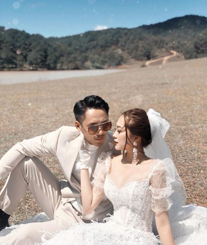 Trên trang cá nhân, 9X và người yêu được dân mạng ngưỡng mộ khi thườngkhoe ảnh diện đồ đôi, đi du lịch nước ngoàicùngnhau.