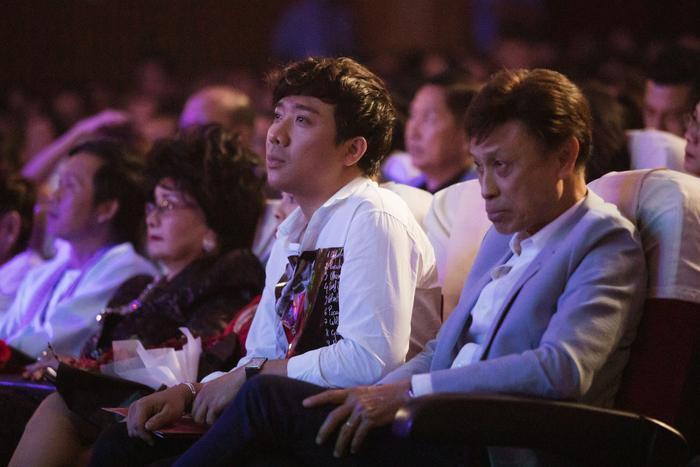 Fan chia sẻ rần rần hình ảnh NSƯT Hoài Linh mặc đồ Bà ba, mang dép kẹp đến tham dự liveshow Lệ Quyên ảnh 2