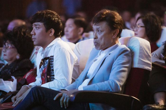 Fan chia sẻ rần rần hình ảnh NSƯT Hoài Linh mặc đồ Bà ba, mang dép kẹp đến tham dự liveshow Lệ Quyên ảnh 1