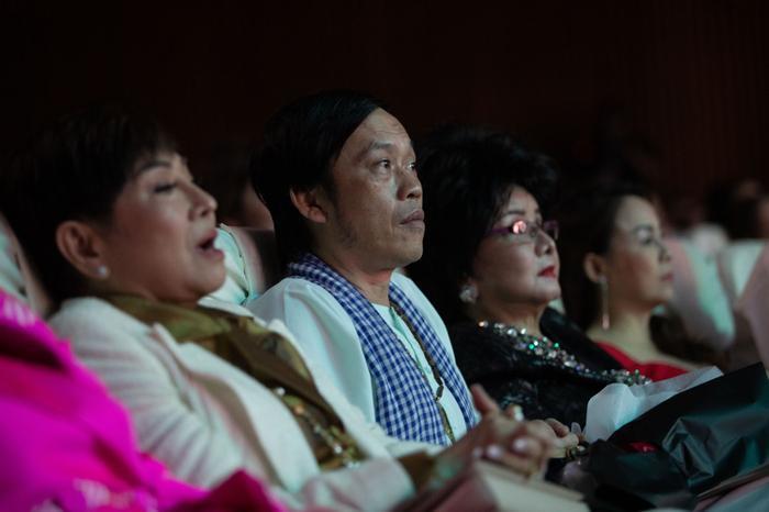 Fan chia sẻ rần rần hình ảnh NSƯT Hoài Linh mặc đồ Bà ba, mang dép kẹp đến tham dự liveshow Lệ Quyên ảnh 0