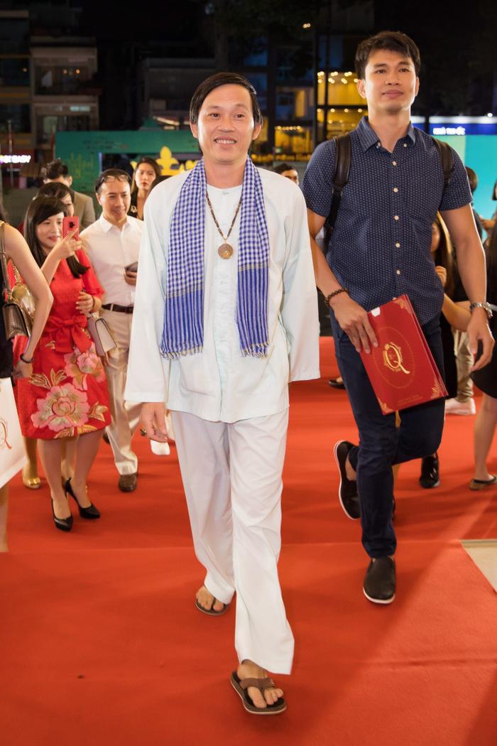 Fan chia sẻ rần rần hình ảnh NSƯT Hoài Linh mặc đồ Bà ba, mang dép kẹp đến tham dự liveshow Lệ Quyên ảnh 3