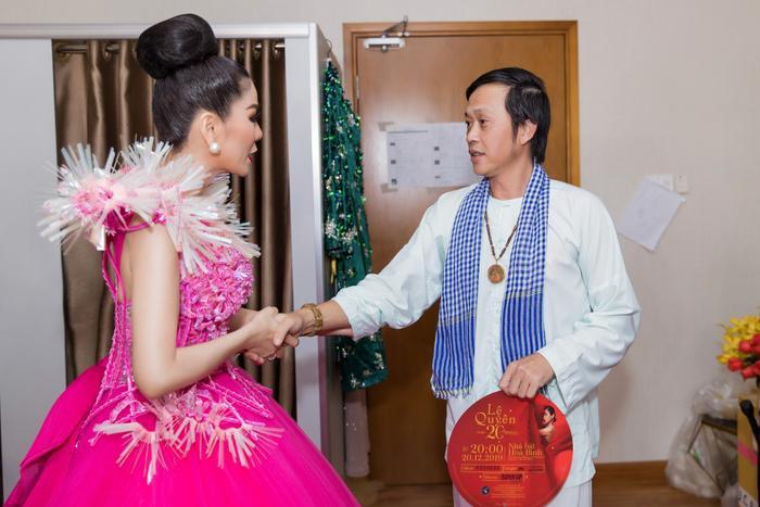 Fan chia sẻ rần rần hình ảnh NSƯT Hoài Linh mặc đồ Bà ba, mang dép kẹp đến tham dự liveshow Lệ Quyên ảnh 8