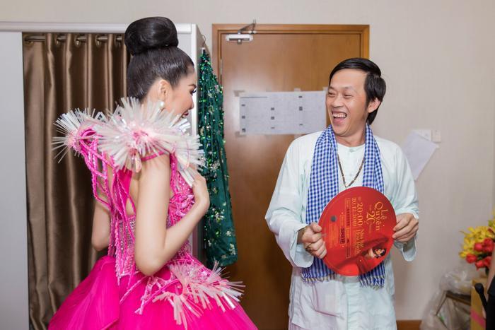 Fan chia sẻ rần rần hình ảnh NSƯT Hoài Linh mặc đồ Bà ba, mang dép kẹp đến tham dự liveshow Lệ Quyên ảnh 7