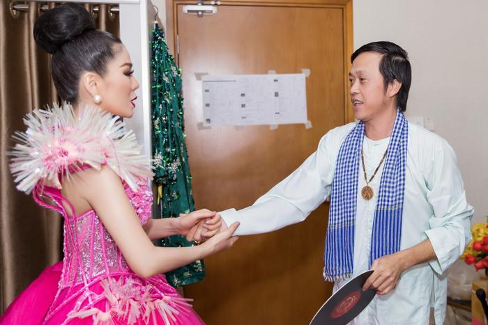 Fan chia sẻ rần rần hình ảnh NSƯT Hoài Linh mặc đồ Bà ba, mang dép kẹp đến tham dự liveshow Lệ Quyên ảnh 6