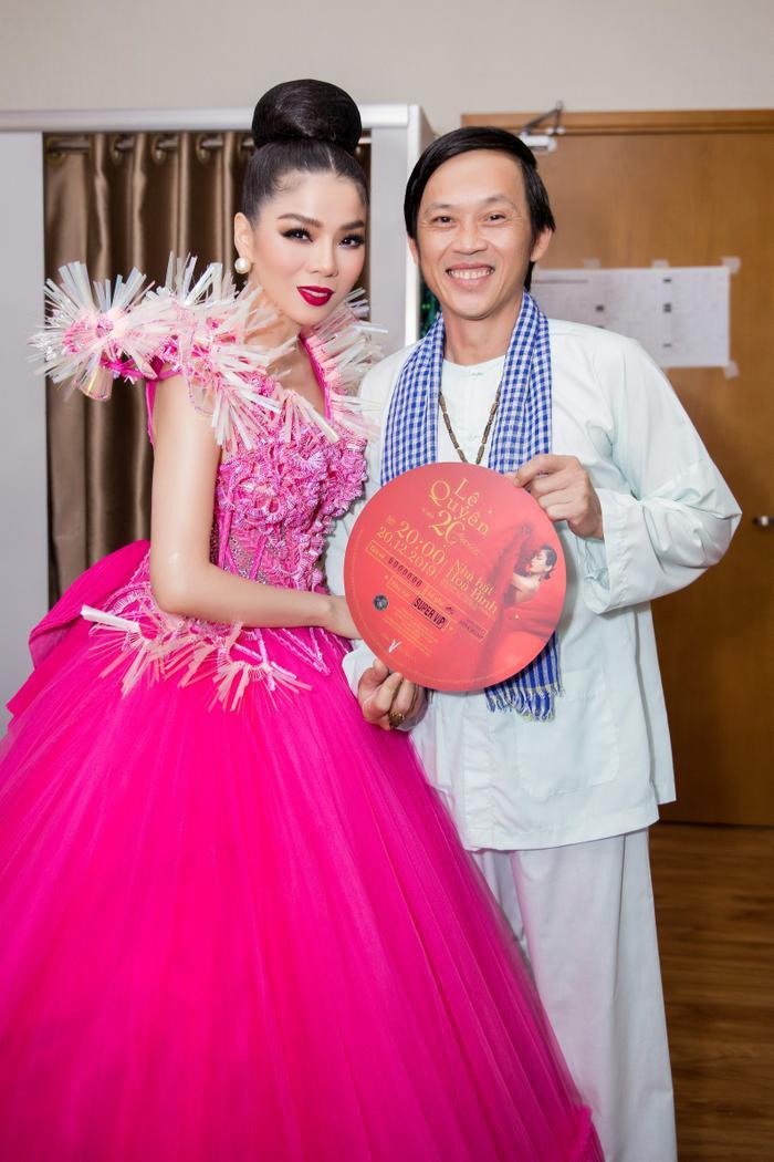 Fan chia sẻ rần rần hình ảnh NSƯT Hoài Linh mặc đồ Bà ba, mang dép kẹp đến tham dự liveshow Lệ Quyên ảnh 5