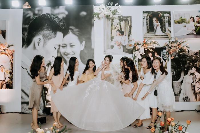 Cô dâu rạng rỡ cùng bạn bè trong ngày trọng đại.