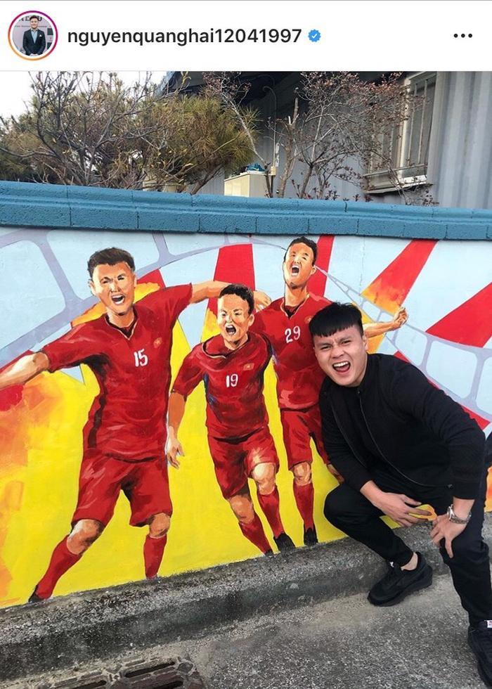 """Mới đây, trên mạng xã hội cá nhân của chàng cầu thủ điển trai Quang Hải đã cập nhật bức ảnh check-in cùng dòng chiasẻ: """"Về thăm bản của Sếp!"""" đã thu hút hàng trăm nghìn lượt tương tác của người hâm mộ."""