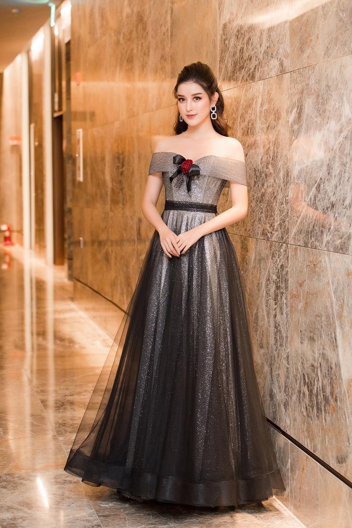 Huyền My diện bộ váy ánh bạc lấp lánh khoe vai trần quyến rũ khi tham gia sự kiện