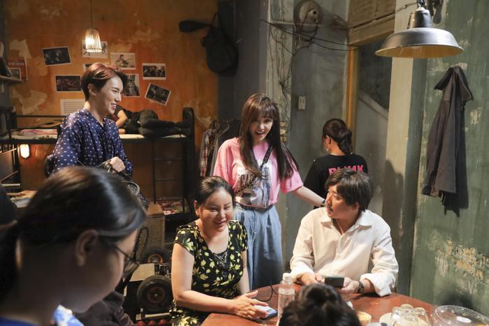 Hari Won rủ rê Park Jung Min đi thăm chồng, Trấn Thành hé lộ đầu tư Bố già 4 tỷ ảnh 1