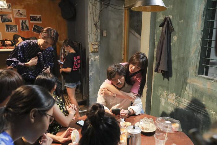 Hari Won rủ rê Park Jung Min đi thăm chồng, Trấn Thành hé lộ đầu tư Bố già 4 tỷ ảnh 2