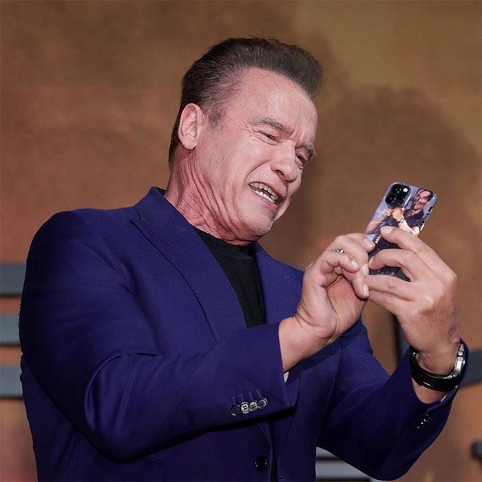 """Hình ảnh Arnold Schwarzenegger thích thú với chiếc ốp lưng """"siêu ngầu"""" có hình ảnh của chính mình trên đó."""